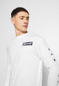 Tommy Jeans - LONGSLEEVE SCRIPT BOX TEE - Long sleeved top - white - 5