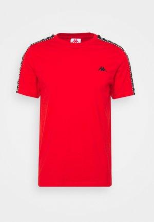 ILYAS - Camiseta estampada - firey red