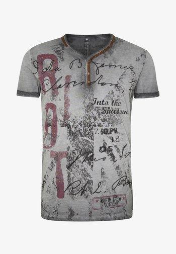 RIOT BUTTON - Print T-shirt - silver
