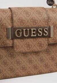 Guess - KERRIGAN  - Handtasche - brown - 6