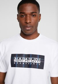 Napapijri The Tribe - SOX CHECK  - T-shirt med print - bright white - 4