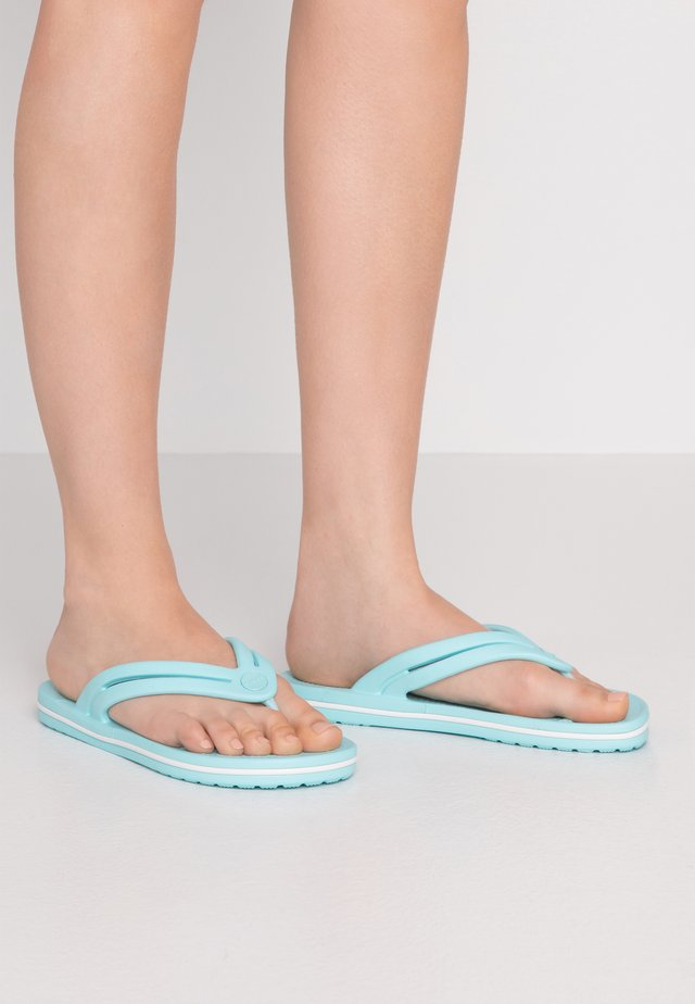 CROCBAND - Chanclas de dedo - ice blue