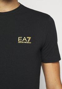 EA7 Emporio Armani - T-shirt med print - black - 6