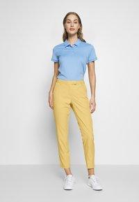 Cross Sportswear - SOLID - Chinosy - deep birch - 1