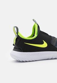 Nike Performance - FLEX RUNNER UNISEX - Hardloopschoenen neutraal - smoke grey/volt/black/white - 5
