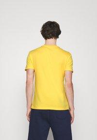 Polo Ralph Lauren - CUSTOM SLIM FIT JERSEY CREWNECK T-SHIRT - T-shirt basique - yellow - 2