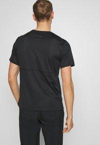 Nike Performance - BREATHE RUN - Camiseta estampada - black - 2