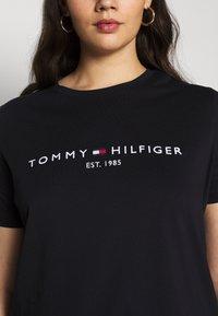 Tommy Hilfiger Curve - REGULAR TEE - Print T-shirt - desert sky - 5