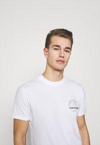 Napapijri - GRAPHIC - T-shirt med print - white - 4