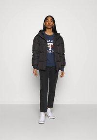 Tommy Jeans - REGULAR TWISTED LOGO CREW - Sweatshirt - twilight navy - 1