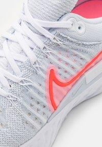 Nike Performance - REACT INFINITY RUN FK 2 - Neutrale løbesko - pure platinum/bright crimson - 5