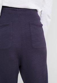 J.CREW - MALIBU TERRY PANT - Teplákové kalhoty - navy - 4