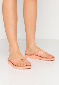 Tommy Hilfiger - TH MONO FLAT BEACH SANDAL  - T-bar sandals - island coral - 0