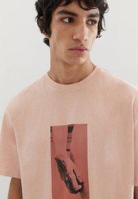 PULL&BEAR - MIT MICHELANGELO-WERK - Print T-shirt - pink - 2