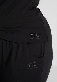 YOGA CURVES - TWISTED  - Basic T-shirt - black - 5