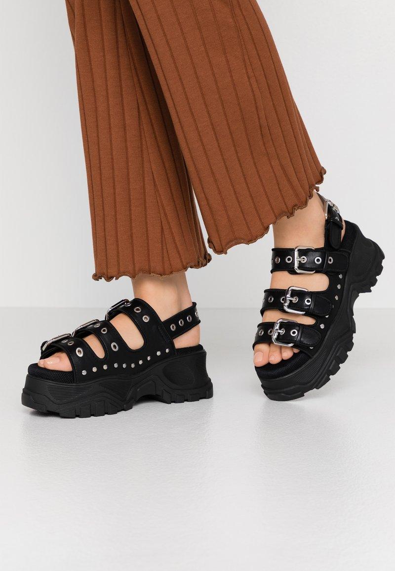 Buffalo - Sandály na platformě - black