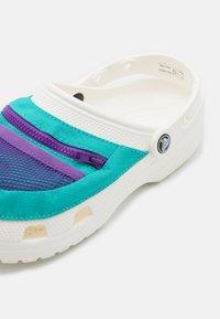 Crocs - CLASSIC VENTURE PACK UNISEX - Dřeváky - white/latigo bay - 5