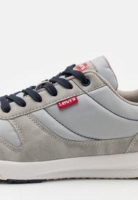 Levi's® - BAYLOR 2.0 - Trainers - light grey - 5