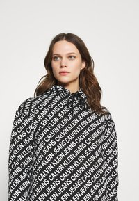 Calvin Klein Jeans - LOGO AOP OVERSIZED DRESS - Kjole - black/white - 3