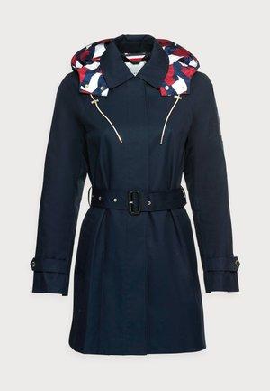 MOTION FLAG BELTED - Klasyczny płaszcz - blue