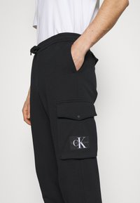Calvin Klein Jeans - BADGE PANT - Reisitaskuhousut - ck black - 4