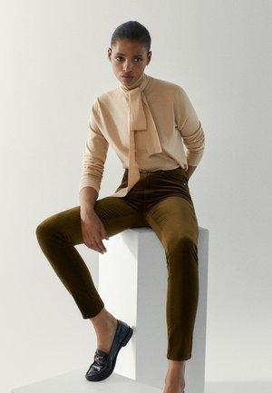MIT HOHEM BUND - Jeans Skinny Fit - ochre