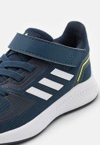 adidas Performance - RUNFALCON 2.0 UNISEX - Obuwie do biegania treningowe - navy/footwearwhite/legend ink - 5