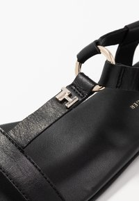 Tommy Hilfiger - FEMININE LEATHER FLAT SANDAL - Sandals - black - 2