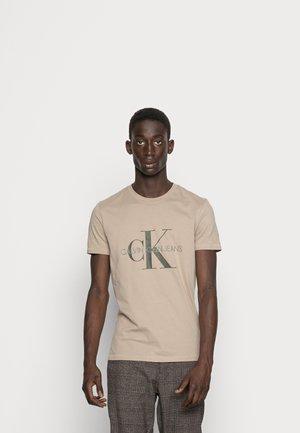 SEASONAL MONOGRAM TEE - T-shirt med print - crockery/black olive