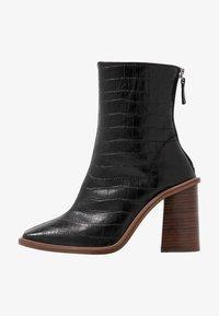 HERTFORD BOOT - Kotníková obuv na vysokém podpatku - black