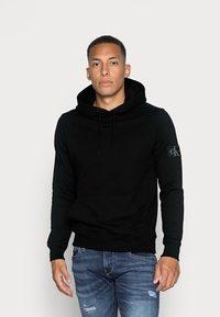Calvin Klein Jeans - MONOGRAM SLEEVE BADGE HOODIE - Huppari - black - 0