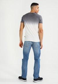 Pier One - T-shirt med print - white/grey - 2