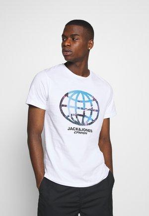 JORSCALING TEE CREW NECK - Print T-shirt - white