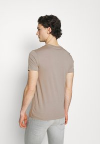 Calvin Klein Jeans - NEW ICONIC ESSENTIAL TEE - T-shirt med print - elephant skin - 2