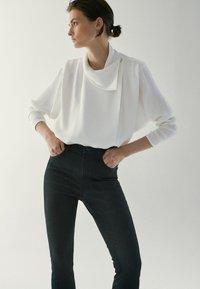 Massimo Dutti - HOHEM BUND - Jeans Skinny Fit - black - 4