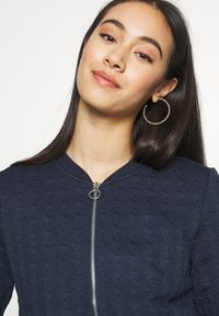 ONLY - ONLMYNTHE JOYCE - Sweater met rits - navy blazer - 3