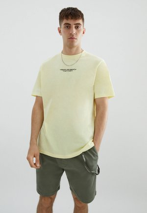 MIT SLOGAN UND STRANDMOTIV - Print T-shirt - yellow