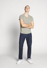Tommy Jeans - VNECK TEE - T-shirt basique - uniform olive - 1