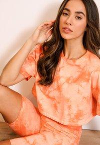 Chelsea Peers - NYC WELLNESS ORANGE TIE DYE - Camiseta estampada - orange - 3