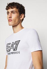 EA7 Emporio Armani - T-shirt imprimé - white - 3