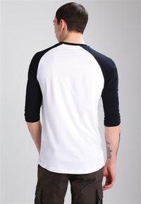 Vans - CLASSIC RAGLAN CUSTOM FIT  - Camiseta de manga larga - white/black - 2