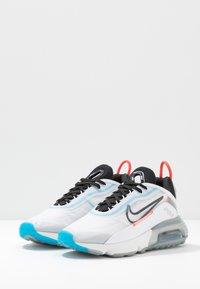 Nike Sportswear - AIR MAX 2090 - Tenisky - white/black/pure platinum/bright crimson/wolf grey/blue hero - 4