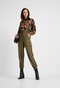 Cotton On - CERRIE DRAPEY UTILITY PANT - Kalhoty - olive night - 2