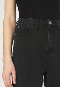 Missguided - BUSTED KNEE MOM JEAN - Relaxed fit jeans - black - 4