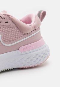Nike Performance - REACT MILER 2 - Nøytrale løpesko - plum chalk/white/pink foam - 5