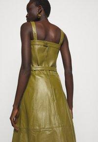 Proenza Schouler White Label - LIGHTWEIGHT BELTED DRESS - Robe d'été - military - 4