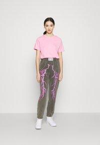 NEW girl ORDER - FLASH JOGGERS - Teplákové kalhoty - grey - 1