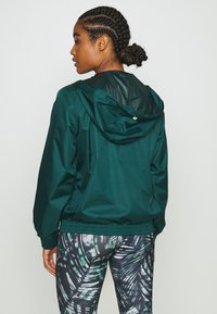 Sweaty Betty - ANORAK OVERHEAD JACKET - Regnjakke - june bug green - 2