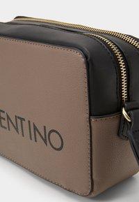 Valentino by Mario Valentino - GRANDE - Torba na ramię - taupe/nero - 2