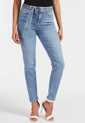 SKINNY FIT DENIM-HOSE MIT GÜRTEL - Jeans Skinny Fit - weiß
